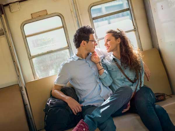 クリスマス思い出を作る旅行するカップル