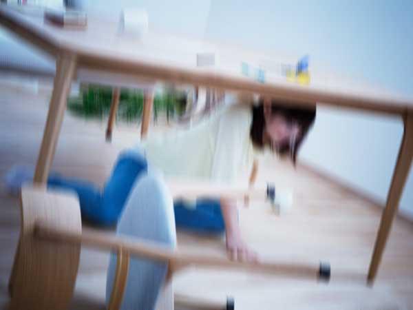 地震時に避難をしている女性