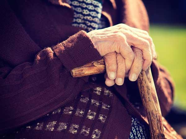 杖を持つ高齢者