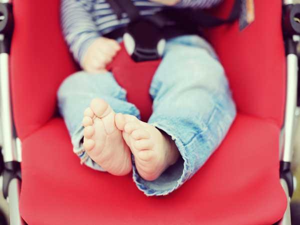 ベビーカーに乗っている幼児の足