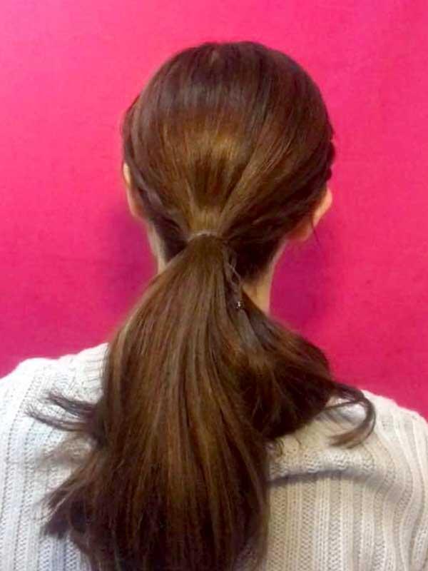 三つ編みにした左右の毛束を残りの髪と一本にまとめて結んだ状態
