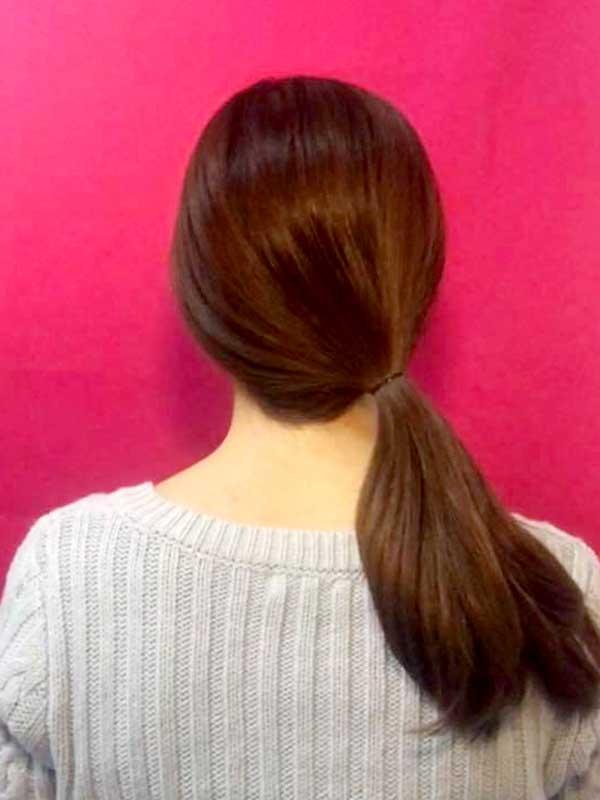 右耳の後ろあたりで髪の毛を一本に結んだ状態