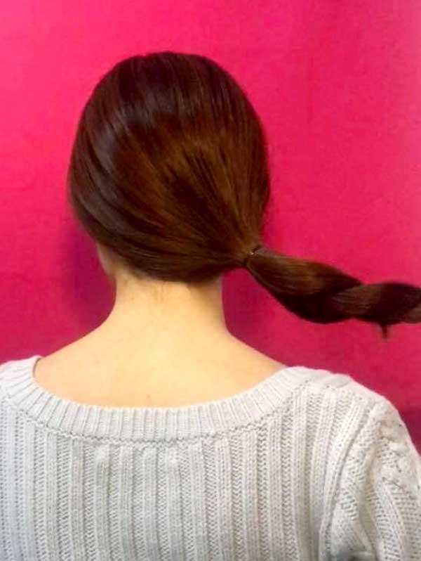 一本に結んだ毛束を三つ編みにして毛先をゴムで結んだ状態