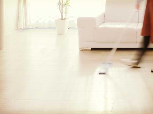床掃除する女性