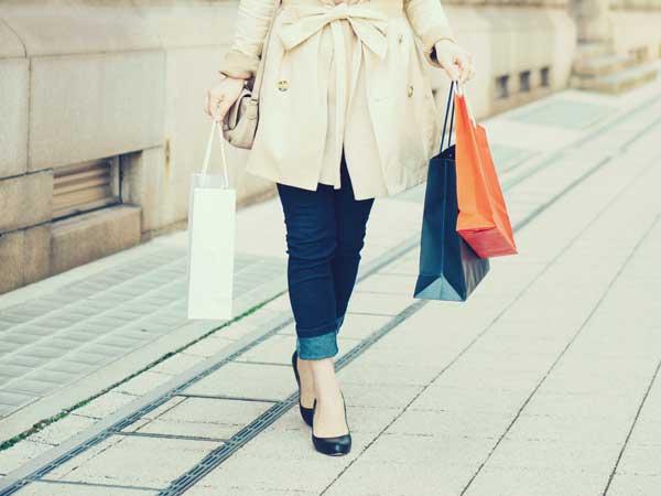 正月にショッピングする女性