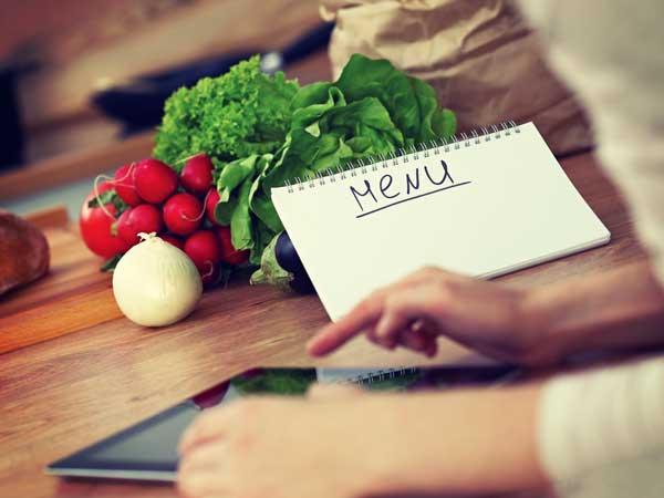 タブレットでレシピを探してる女性の手