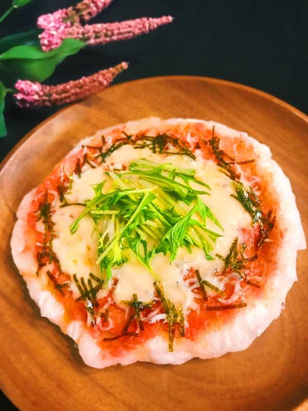 明太子の辛味としらすの塩味をチーズでまろやか味に仕上げた餅ピザ