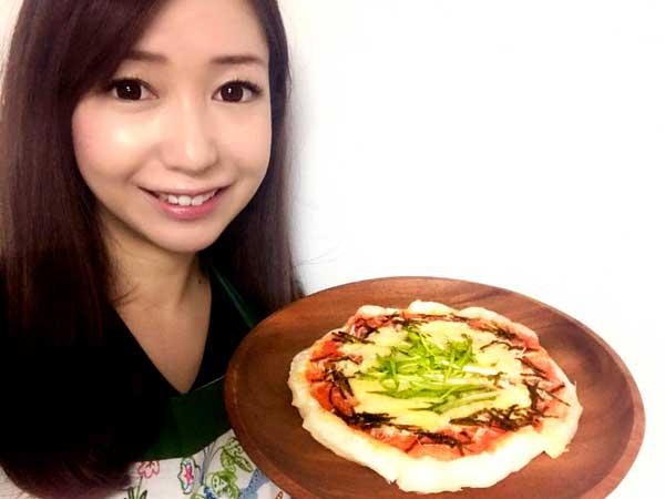 餅ピザレシピを紹介する料理研究家の伊賀るり子