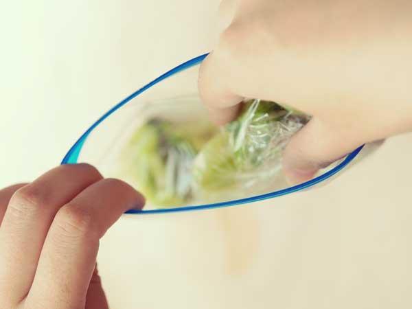 茹でた野菜を小分けして保存する女性の手