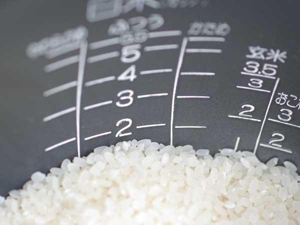 米が入っている炊飯器の内釜