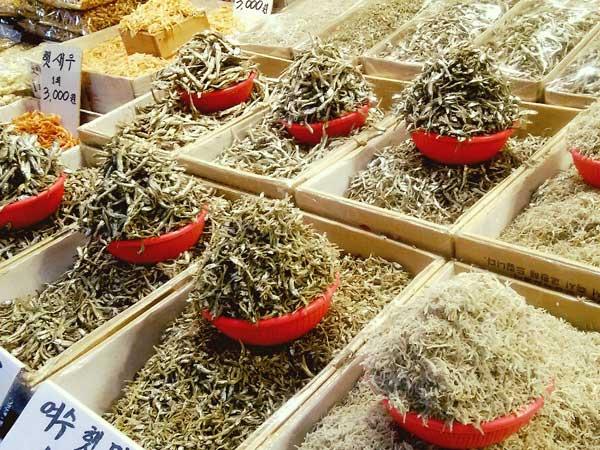 韓国の市場で売られている出汁に使う小魚