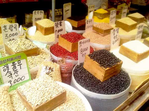 韓国の市場で売っている豆