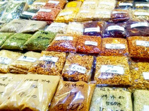 韓国の市場で売っているナッツ類