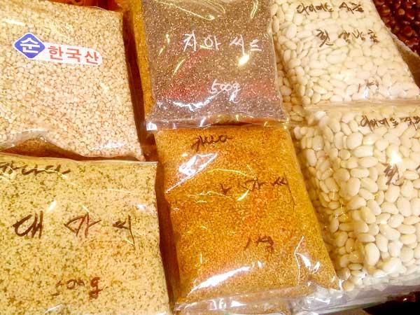 韓国の市場で売っているたっぷりサイズのナッツ類