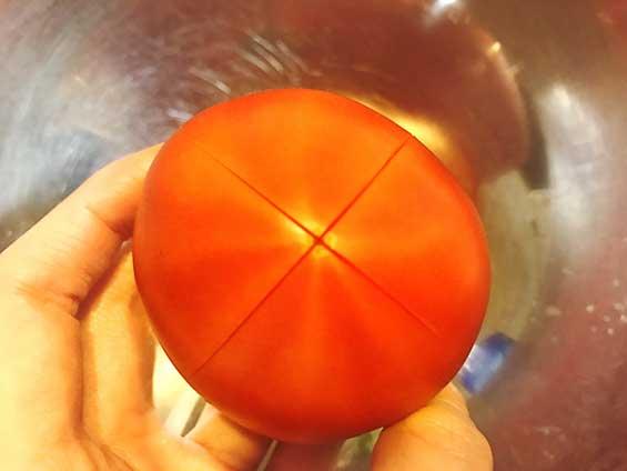 湯剥きするために十字の切り込みをいれたトマト
