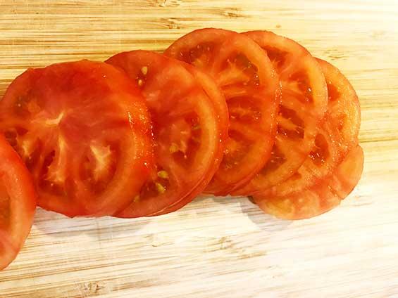 湯剥きした後にスライスしたトマト