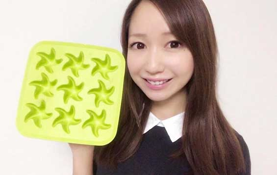 100均のキッチングッズシリコン製の製氷皿を手に持つ料理研究家の伊賀るり子