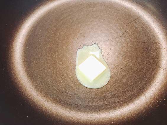 フライパンでバターを溶かしている様子フライパンでバターを溶かしている様子