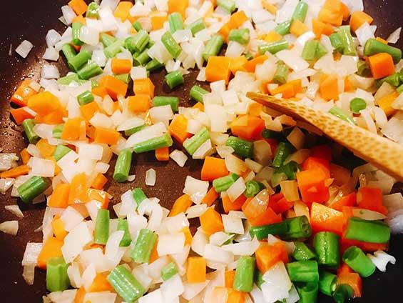塩コショウで味付けをしてフライパンで野菜を炒めている状態
