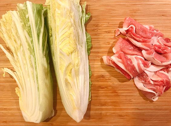 縦に8分の1にカットした白菜と豚バラ肉
