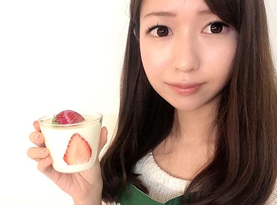 濃厚な苺練乳パンナコッタのレシピを紹介する料理研究家の伊賀るり子
