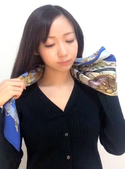 二つ折りにしたスカーフを首にかけた状態