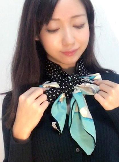 色柄が違うスカーフでリボン結びをした状態
