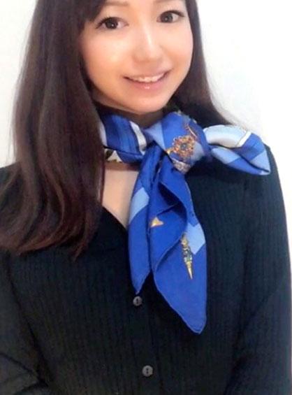 落ち着いた印象になるブルーのスカーフで方リボン結びした状態