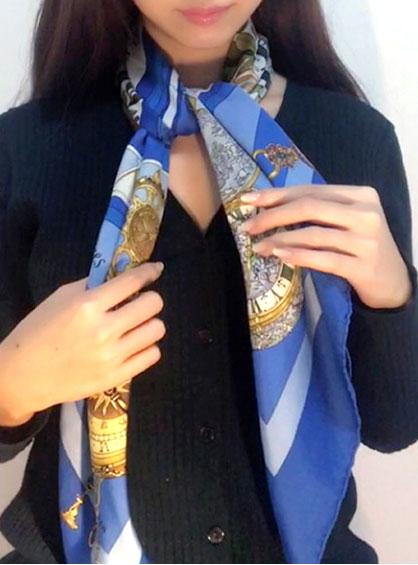 バイアス折りにしたスカーフを首に掛けて正面でひと結びにした状態
