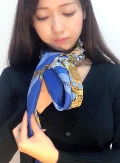 下になったスカーフを折って輪を作って反対側のスカーフを上から被せた様子