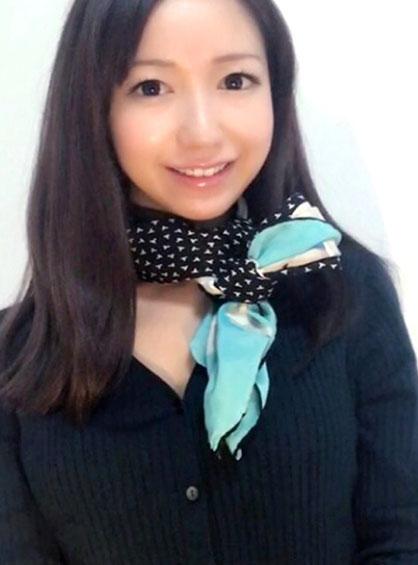 顔色が映えるエメラルドグリーンのスカーフで方リボン結びした状態