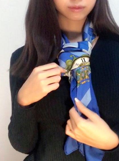 メンズライクでお洒落に決まるスカーフのネクタイ巻き