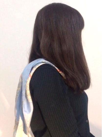 前から後ろに向けて中央の結び目が隠れるように首にかけた状態