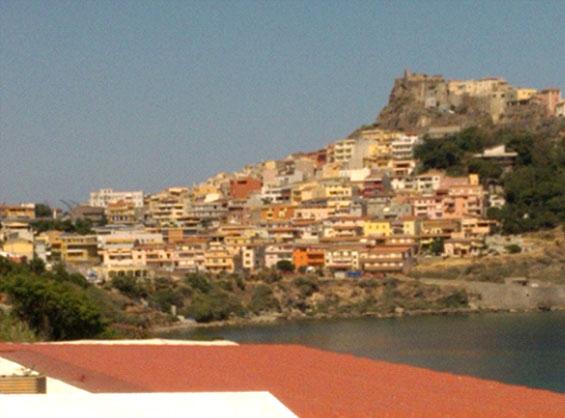 古く12世紀からあるイタリアのサルディニア島の道路は狭いが美しい町カステルサルド