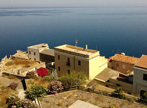 苦労して徒歩で登る価値がある青い地中海を一望できる絶景スポットのカステルサルドの要塞城