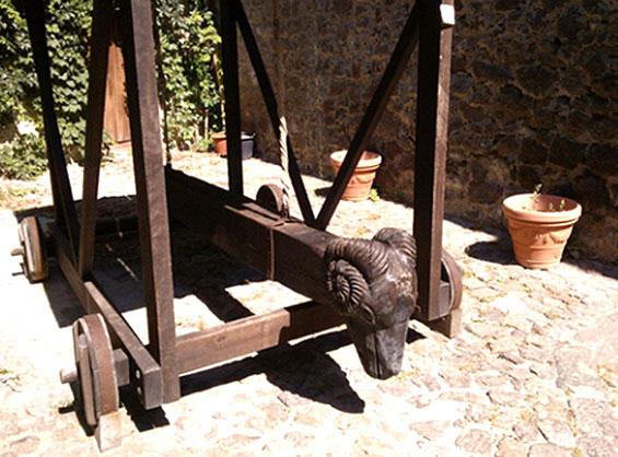 カステルサルドの要塞城に置かれている雄羊の頭を象った車輪の付いた道具