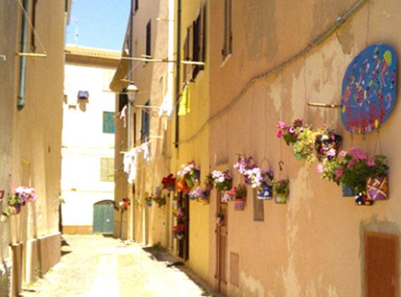 かわいい花を飾った素朴な家の壁