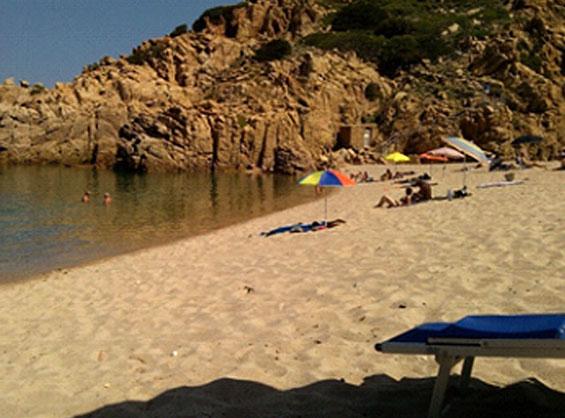 イゾラ・ロッサ付近の人が少なくゆったり過ごせる入江風のビーチ