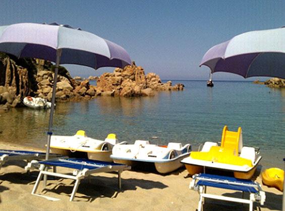 サルディニア島のビーチでレンタル可能なペダルボートやパラソル