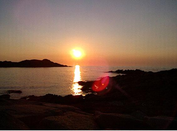 イゾラ・ロッサの海岸から眺めた絶景の夕焼け