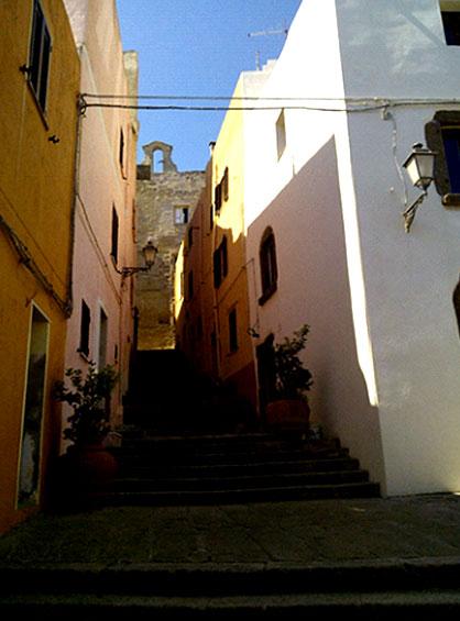 おすすめ散策スポットのカステルサルド旧市街地の坂道階段