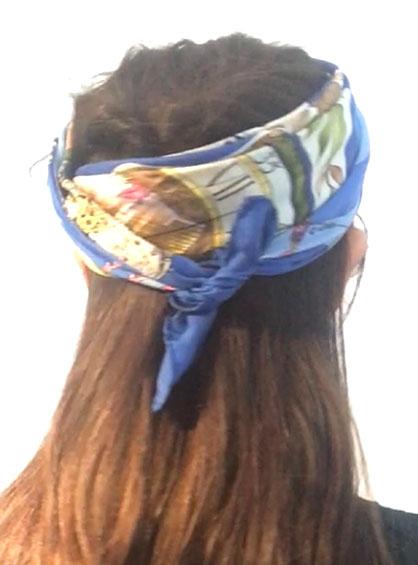 スカーフのターバン風アレンジ手順5交差したスカーフを後頭部に巻きつけて結び固定した様子