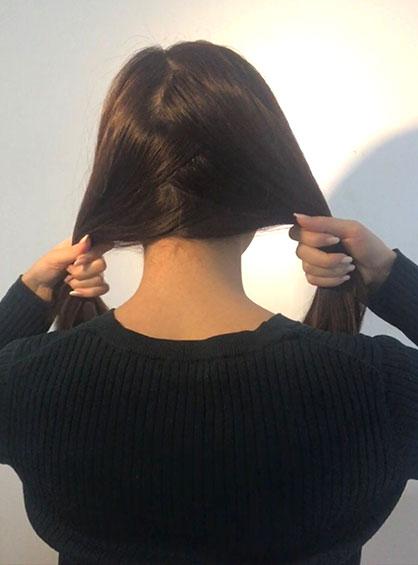 スカーフくるりんぱアレンジの手順1分け目をジグザグにして髪の毛を左右に分ける
