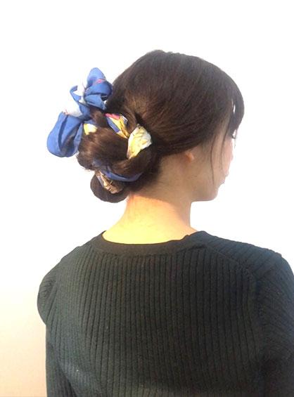 スカーフくるりんぱシニヨンの完成形を斜め後ろから見た状態