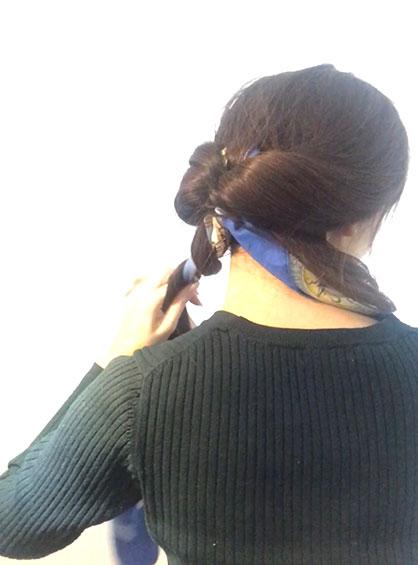 スカーフくるりんぱシニヨンアレンジの手順5真ん中の毛束を2つに分けて、それぞれ左右の髪とスカーフで三つ編みしたら毛先をゴムで留める