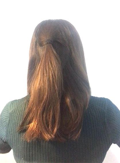 スカーフくるりんぱシニヨンアレンジの手順2真ん中の髪をとり後頭部のハチで結ぶ