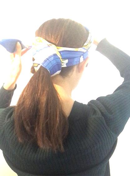 スカーフくるりんぱアレンジの手順6スカーフの両端をヘアバンドのように頭に巻いて、結び目の位置などを揃えたら完成