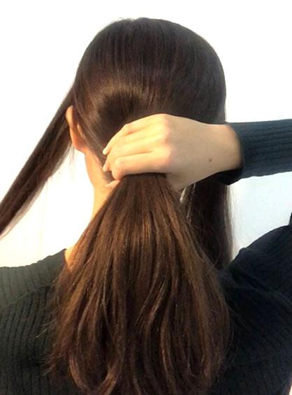 スカーフでお団子アレンジ手順1髪の毛を3分割してサイドをブロッキングしている様子