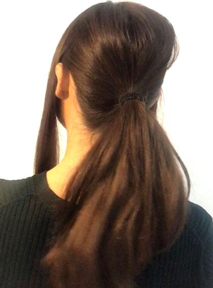 お団子アレンジ手順2真ん中の髪を後頭部の中央より少し下の部分でふんわり1つ結びにした状態