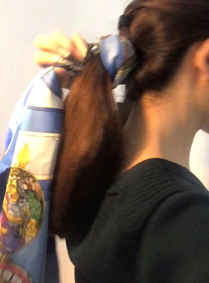 スカーフお団子ヘアアレンジ手順4両サイドの髪を後ろで1つに結びくるりんぱした状態